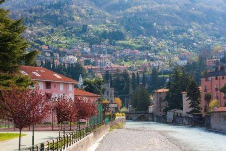 Photo pour Vue sur la ville en montagne en Italie - image libre de droit