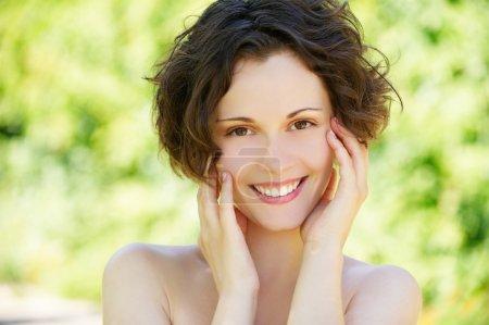 Foto de Retrato primer plano exterior de bella mujer feliz con la piel fresca y limpia - Imagen libre de derechos