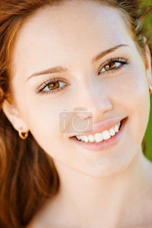 Photo pour Portrait de la belle jeune femme souriante avec dents égales gros plan - image libre de droit