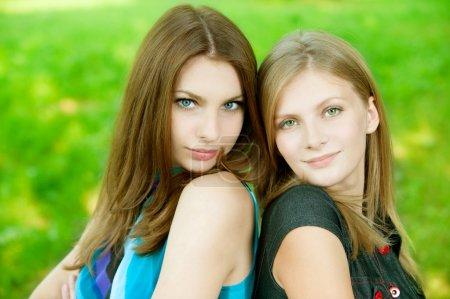 Photo pour Deux belle jeune femme sur fond vert - image libre de droit