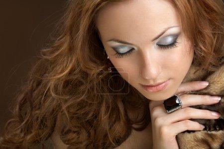 Photo pour Jolie femme bien habillée avec des yeux fermés - image libre de droit