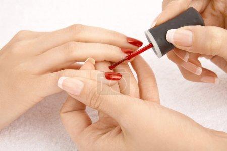 Photo pour Gros plan - dessin d'un vernis rouge sur les ongles, isolés - image libre de droit
