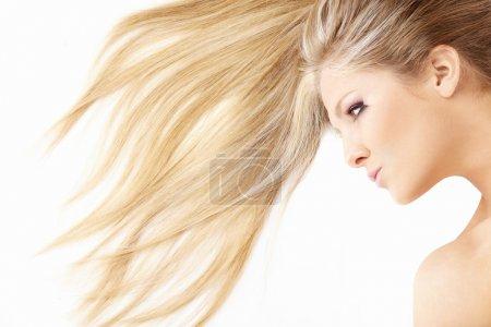 Photo pour Gros plan des cheveux et visage des beaux couché blonde, isolé - image libre de droit