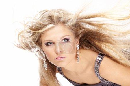 Foto de Retrato de una bella rubia con el pelo volando, aislado - Imagen libre de derechos