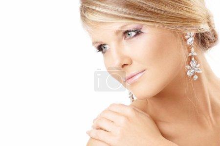 Photo pour Portrait de la belle blonde avec des bijoux, isolé - image libre de droit