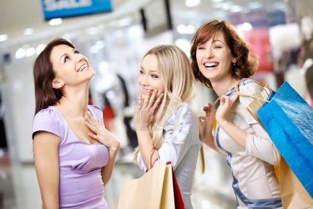 Photo pour Happy filles souriantes dans la boutique avec des achats - image libre de droit