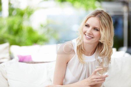 Foto de Chica joven atractiva con una copa en un restaurante - Imagen libre de derechos