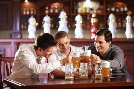Photo pour Trois chanceux bob chope de bière - image libre de droit