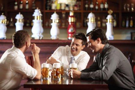 Photo pour Trois hommes en chemises dans la barre - image libre de droit