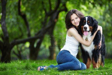 Photo pour Jeune fille avec un chien dans le parc - image libre de droit