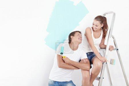 Photo pour Jeune couple attrayant dépanne - image libre de droit