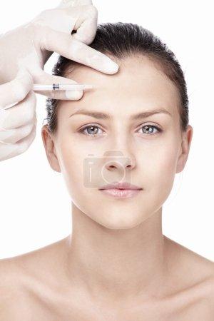 Photo pour Jeune fille faisant un coup de Botox - image libre de droit