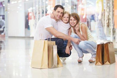 Photo pour Familles avec un enfant dans le magasin - image libre de droit