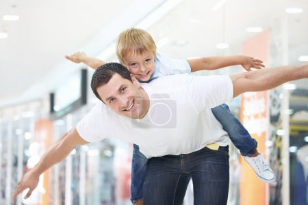 Foto de Padre e hijo divertirán en tienda - Imagen libre de derechos
