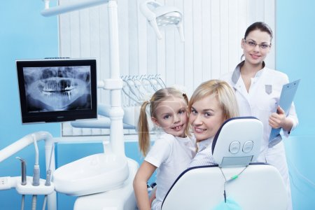 Photo pour Maman avec un enfant chez le dentiste dans la clinique - image libre de droit