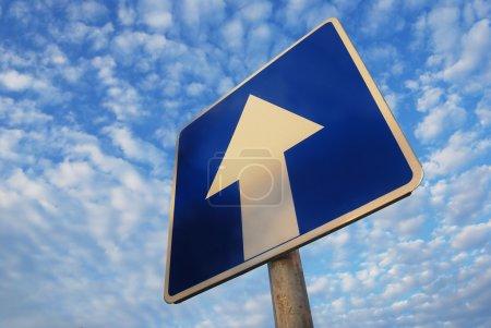 Photo pour Aller simple signe sous le beau ciel bleu - image libre de droit