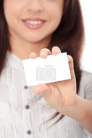 Photo pour Belle femme d'affaires avec carte de visite, isolée sur fond blanc - image libre de droit