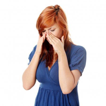Photo pour Jeune femme avec douleur de pression sinusale, isolée sur blanc - image libre de droit