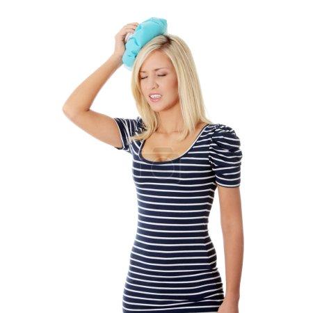 Photo pour Femme avec sac de glace pour maux de tête et migraines - image libre de droit