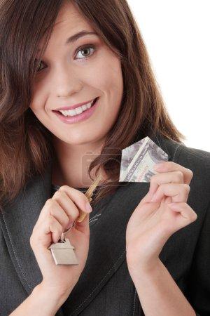Photo pour Joyeux jeune femme d'affaires (agent immobilier) avec des clés - image libre de droit