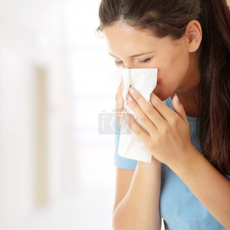 Photo pour Adolescente allergique ou froide - image libre de droit