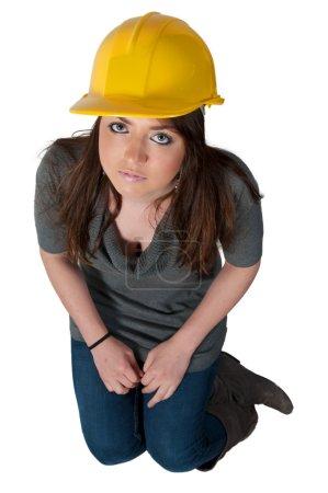 Photo pour Une travailleuse de la construction sur un chantier . - image libre de droit