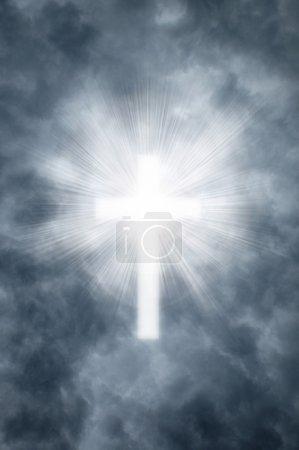 Foto de Cruzan rayos celestiales brillando a través de las nubes grises en la forma de un cristiano - Imagen libre de derechos