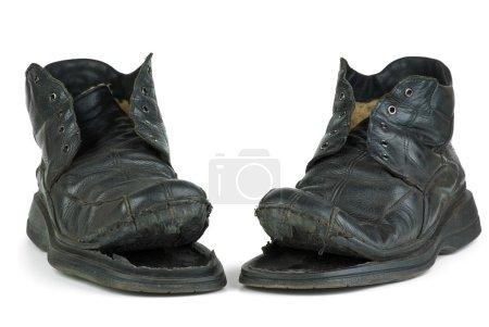 Photo pour Paire de vieilles bottes déchirées isolées sur le fond blanc - image libre de droit