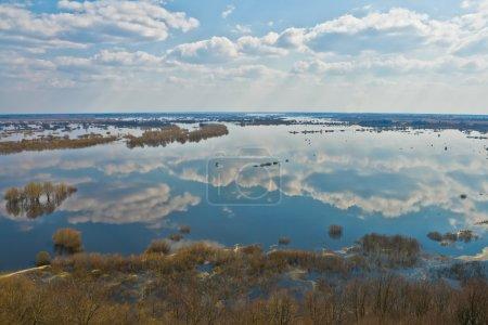 Photo pour Rivière Dnepr au printemps, vue d'en haut - image libre de droit
