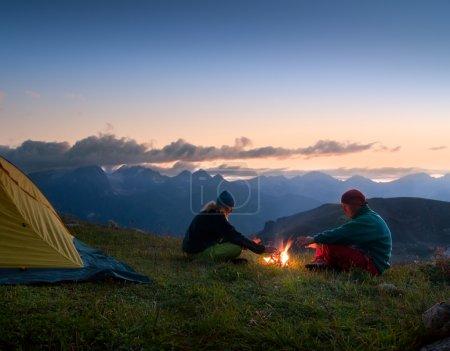 Paar zeltet in der Nacht