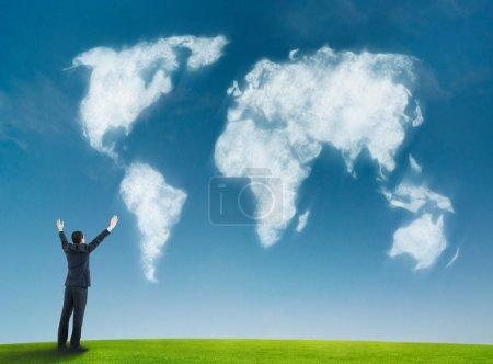 Photo pour Homme d'affaires avec la mappemonde en forme de nuages - image libre de droit