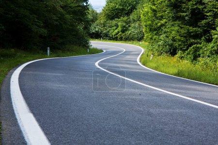 Photo pour Route droite qui mène à la distance - image libre de droit