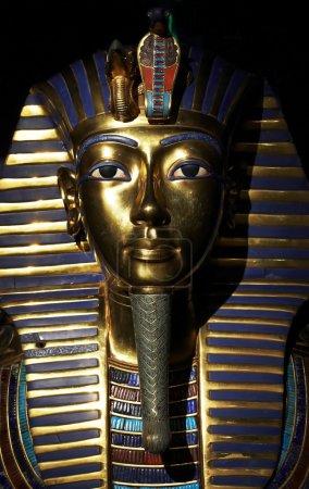 Photo pour Masque d'or de Toutankhamon en lumière mystique - image libre de droit