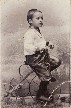 Foto de Un niño pequeño en una bicicleta, Foto de estudio del siglo XIX - Imagen libre de derechos