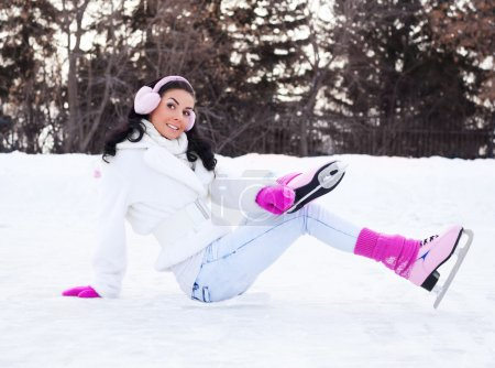 Photo pour Belle jeune femme brune patinoire extérieure - image libre de droit