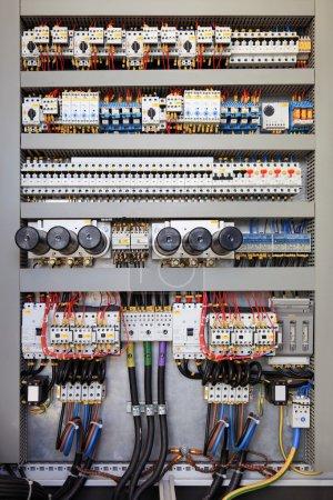 Photo pour Tableau électrique dans une usine de la chaîne de montage. commandes et commutateurs - image libre de droit