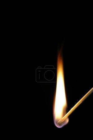 Foto de Fósforo y de la llama sobre fondo blanco - Imagen libre de derechos