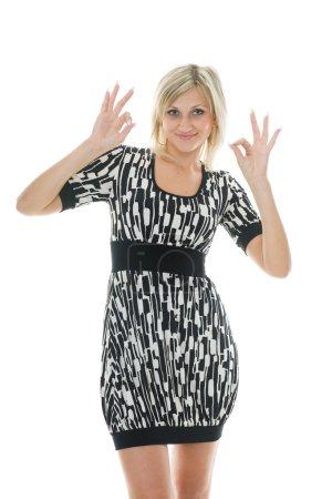 Photo pour Belle fille avec les gestes de la main et les expressions faciales exprimant tout va bien. - image libre de droit