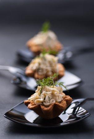 Photo pour Tartalette froide à la crème au fromage et à l'aneth - image libre de droit