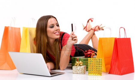 Photo pour Shopping femme achat sur Internet avec des sacs et des cadeaux tout autour  . - image libre de droit