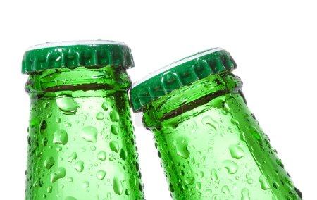 Photo pour Bouteilles de bière avec gouttes d'eau sur fond blanc - image libre de droit