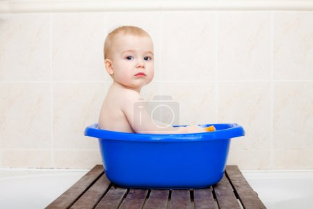 Photo pour Petit beau garçon assis dans un petit bain - image libre de droit