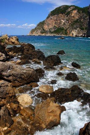 Photo pour Bord de mer sur la ligne de côte rocheuse île de Corfou avec bleu merveilleux de la mer et du ciel - image libre de droit