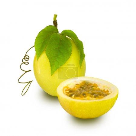 Photo pour Fruit de la Passion jaune isolé avec chemin de coupe - image libre de droit