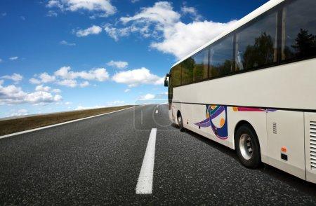 Photo pour Bus voyageant - image libre de droit