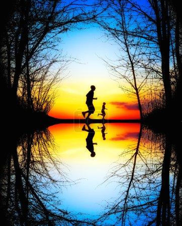 Photo pour Jogging au coucher du soleil - image libre de droit