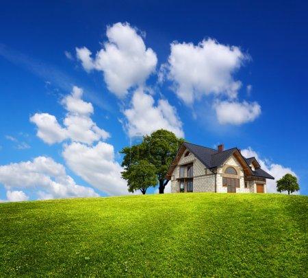 Photo pour Maison de famille sur une colline verte - image libre de droit
