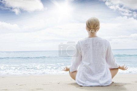 Photo pour Portrait de jeune femme pratiquant le yoga en milieu estival - image libre de droit