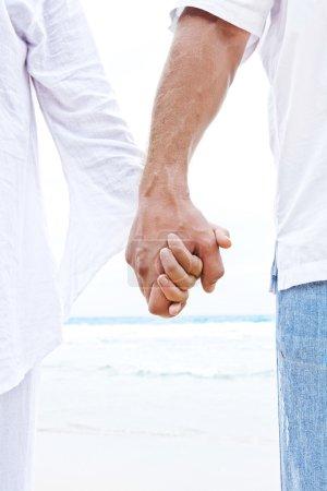 Photo pour Vue rapprochée de deux mains se tenant l'une l'autre - image libre de droit