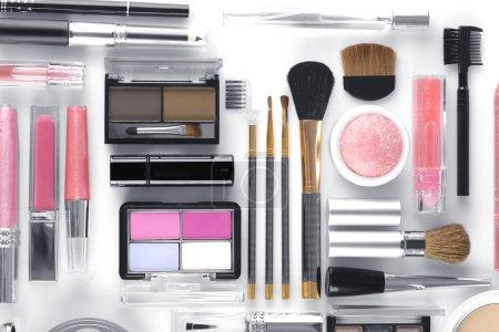 Photo pour Vue rapprochée des objets à thème cosmétique sur fond blanc - image libre de droit